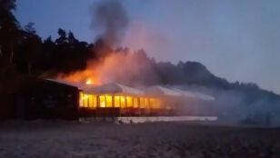 Pub na plaży w ogniu. Są poszkodowani
