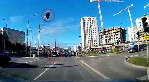 Jedzie przez skrzyżowanie na czerwonym.