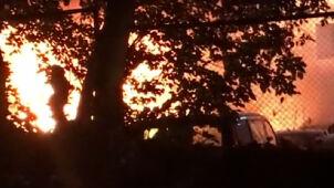 Pożar na parkingu pomocy drogowej. Zniszczonych 18 samochodów