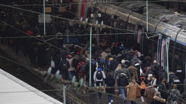 Wstrzymane pociągi, autobusy i metro, kilometrowe korki. Kolejny dzień strajku we Francji