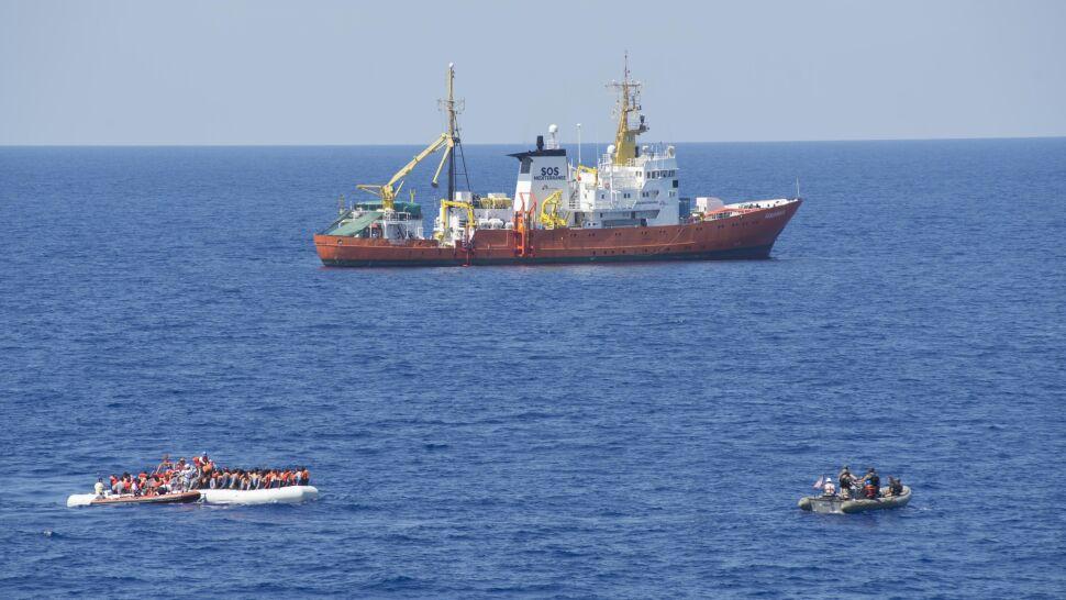 """Statek, z którego ratowano migrantów, kończy działalność. """"To jest czarny dzień"""""""