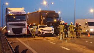 Dwa osobowe, dwie ciężarówki i dwa pasy S8 zablokowane