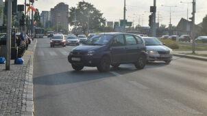 Auto stoczyło się z parkingu na jezdnię