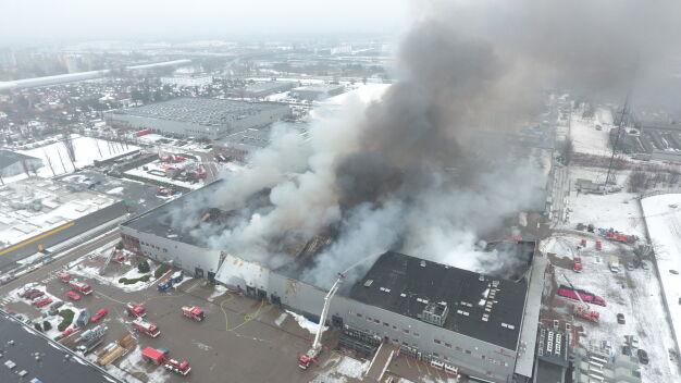 """Pożar hali na Żeraniu. """"Dużo materiałów palnych, potrzebny ciężki sprzęt"""""""