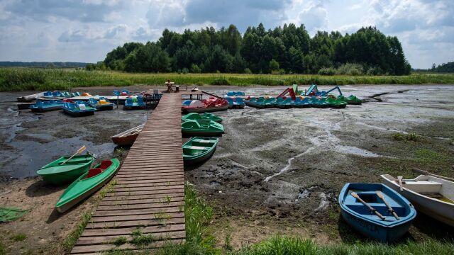 Kajaki, rowerki i łódki zamiast pływać stoją w błocie. Sucho nad Zalewem Sulejowskim