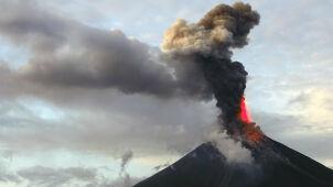 Mayon wykrztusza lawę na setki metrów w górę. Ewakuowano 75 tysięcy ludzi